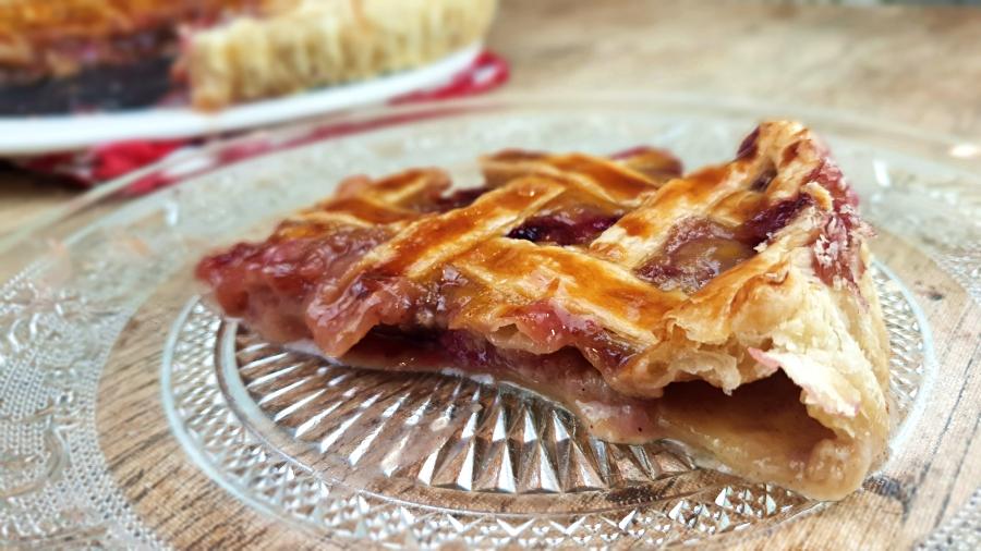 Tarta enrejada de hojaldre con manzana y frutos rojos