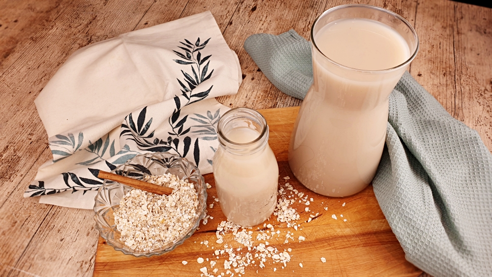 leche de avena casera. leche vegetal de avena. bebida de avena